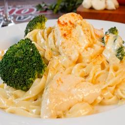 Pasta Garlic Alfredo con Pollo